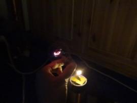 Rozsvícení žárovky přes ruku (když se dotkne hrotu, svítí plným jasem ;) )